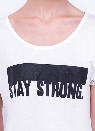 T-Shirt Stay Strong com Detalhe em Tela
