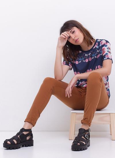 Blusa Alongada Floral com Renda Costas
