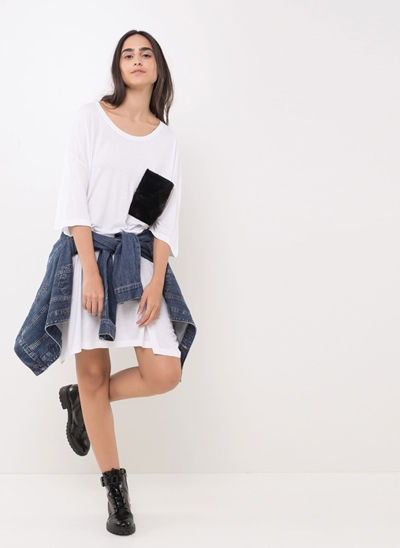 Blusa Oversized com Bolso de Pelinho