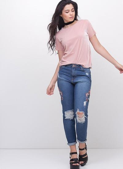 Calça Mom Destroyed Bordada em Jeans