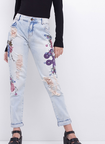 Calça MOM Bordada em Jeans Destroyed