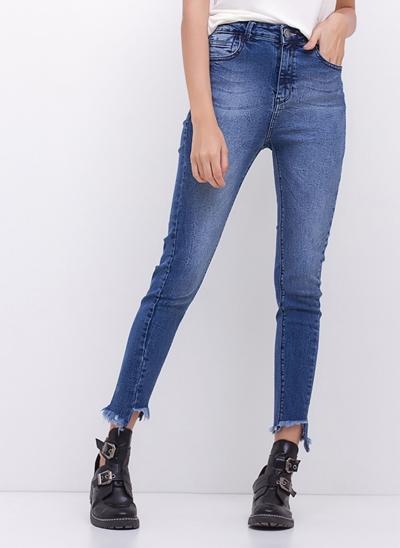 Calça Cigarrete Barra Irregular em Jeans