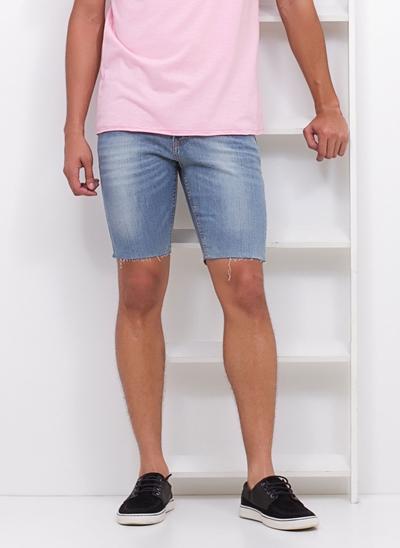 Bermuda Slim com Barra Desfiada em Jeans