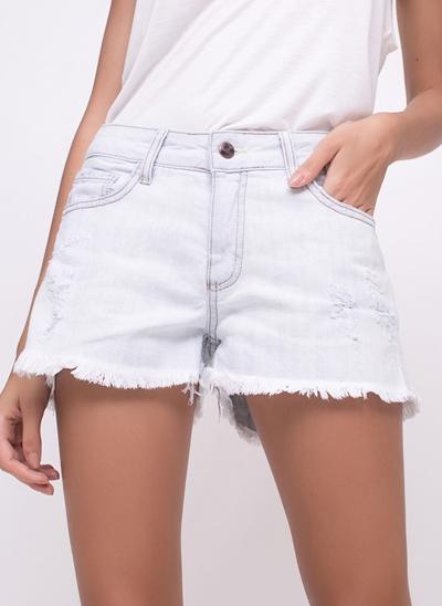 Short com Puídos em Jeans Delavê
