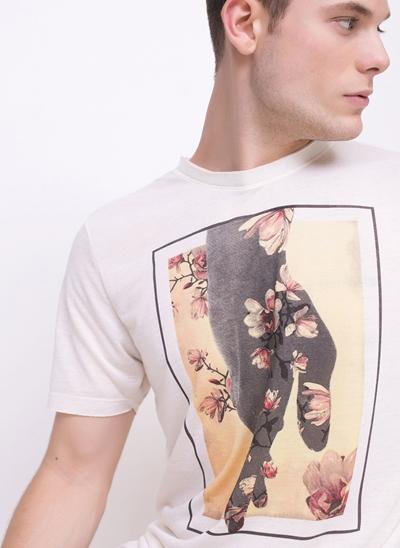 Camiseta Botonê Mão Flores