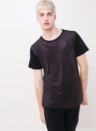 Camiseta com Recorte Frontal em Suede