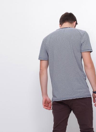Camiseta com Listras e Bolso