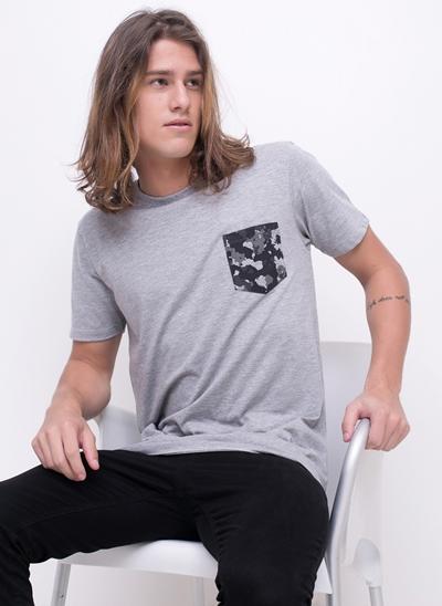 Camiseta com Bolso Camuflado