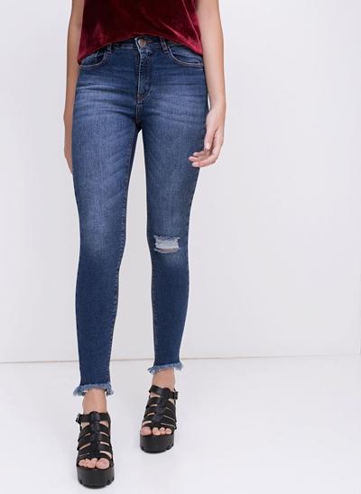 Calça Cigarrete em Jeans com Rasgo