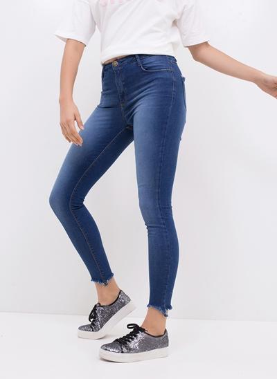 Calça Skinny em Jeans com Barra Desfiada