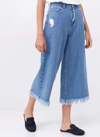 Calça Pantacourt em Jeans com Puídos